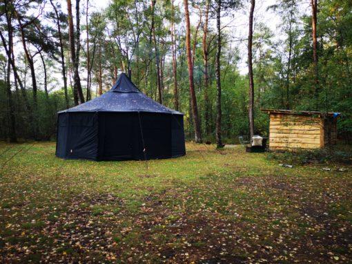 zwarte yurt stilteweekend in de natuur